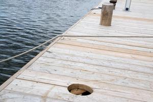 Pollarna är inte till för att förtöja båten med, utan bara dekorativa. De sitter i omkring fem centimeter djupa hål.