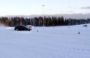 Många ville testa att köra på halkbanan.