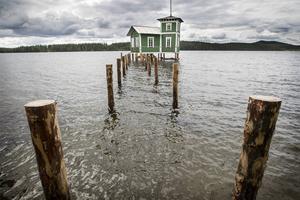 Pålarna har slagits fyra meter ned i sjöbottnen och själva badhuset har rätats upp. Bryggans ska nu göras färdig i augusti om allt går som det ska.