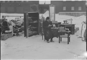 En kvinna med sina tillhörigheter efter att ryska planbombat Tammerfors i januari 1940.