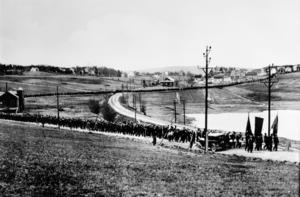 En klasisk bild från protestmarschennn när tåget på väg mot Lunde passerar Sprängsviken.