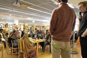 Möten. Arne Johansson, Lindesbergs stadsbibliotek, och Yaman Heshme, SFI Masugnen, läser samma dikter på svenska och på arabiska för besökarna på biblioteket under Världsbokdagen.