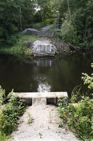 Här saknas Hyttbron. Sandvikens kommun vet inte ens vem som ansvarar för den. Foto: Leif Jäderberg
