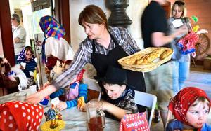 Bullade upp. Eva Sundqvist såg till att alla barn fick saft och bullar vid borden i sockenstugan där Grythyttans hembygdsförening hade festligheter på påskafton.