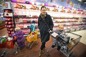 RETROPÅSE. Den gamla godispåsen väcker gamla minnen, tycker Amanda Sigholm, 33, som handlar med barnen Siri, 3, Ines, 6, och August, 9 månader, på Ica Maxi Hälla.Foto: Tony Persson