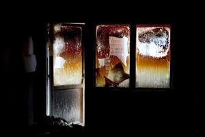 Inuti huset är allt svartbränt och förkolnat.