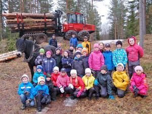 Några av tredjeklassarna tillsammans med bland andra Ole Halse, hästen Undra och Siljan Skogs Anders Westman framför skotaren.