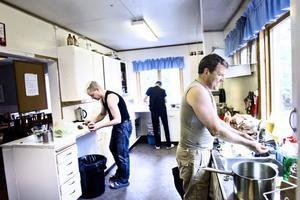 Alla deltagare är indelade i olika basgrupper och turas varje dag om att laga mat till hela gruppen.