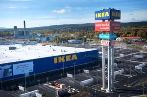 Plats för många bilar - men kommunen hoppas att många ska ta sig till Ikea även på andra sätt.