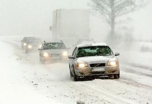 Det blev rejält besvärligt på vägarna på grund av det rikliga snöfallet och de hårda sydostvindarna.
