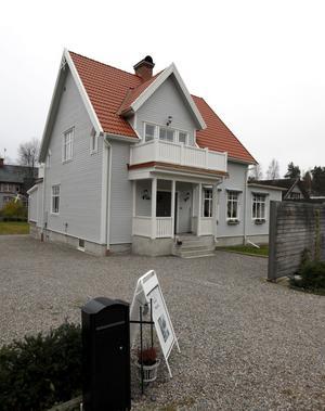Huset ligger på den gamla handelsgatan i byn.