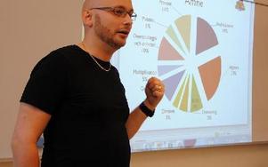 Stefan Stenbom berättar för mattelärarna om projektet.FOTO: KLARA ERIKSSON