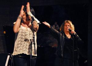 Eleanor Lundberg, till höger, var stolt över att presentera Sara Löfgren för publiken.