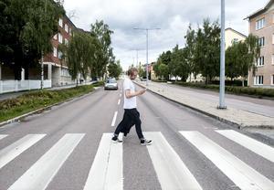 Allehandas reporter Carl Ahlström mitt i sin pokémonvandring genom Ö-vik.