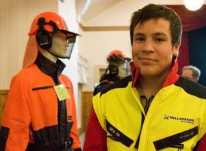 Emil Asplund hjälper till med projektet Säker skog. Han går på skogsbruksgymnasiet i Ljusdal och där lägger man stor vikt vid säkerheten.