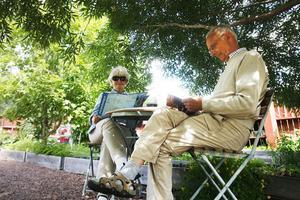 Monica och Bo Eriksson tycker att trädgården har många fina små detaljer.