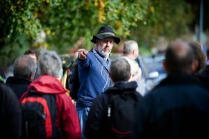 Bosse Hellberg från Torsångs hembygdsförening hade mycket intressant att berätta om kyrkstigen mellan Torsång och Milsbo som premiärvandrades på söndagen. Foto:Jonatan Svedgård