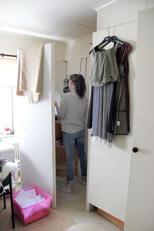 HÄR SKÖTS FÖRETAGET.  I ett hörn av sovrummet har Anna sin studio – förmodligen landets enda med skotthål i väggarna. De är gjorda av gamla, lakansklädda spånskivor som hennes sambo Dan använt när han övningsskjutit.