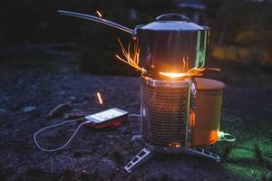 Den portabla vedspisen CampStove funkar bra att ladda med så länge elden brinner ordentligt. En förutsättning är förstås att man har tillgång till torra pinnar.