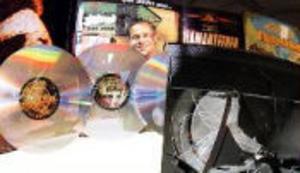 Modern teknik kräver att gamla bilder och ljudband läggs över till dvd-skivor för att kunna användas i framtiden.