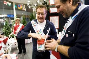 """insamling. Lars-Åke """"Babsan"""" Wilhelmsson sålde kramar till förmån för Röda korset julinsamling. 20 kronor kostade kramen."""