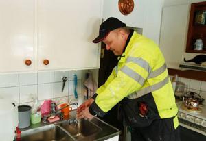 """""""Titta, nu släppte isproppen"""". Mats Gustavsson från Krokoms kommun kan konstatera att ytterligare ett uppdrag har lyckats.Foto: Jan Andersson"""
