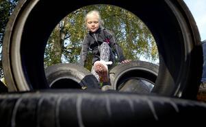 På Friskis&Svettis är lekfullhet en självklar ingrediens i träningen för barn och unga. Tilda Nilsson, åtta år, i en hinderbana.