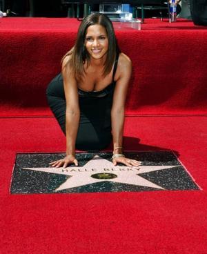 Halle Berry fick sin stjärna i trottoaren på Hollywood Boulevard förra året och har en Oscar på hyllan hemma.
