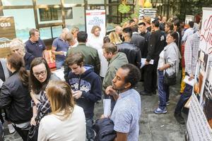 Över hundra personer samlades först för att lyssna på de olika potentiella arbetsgivarna och sedan mingla med dem i hotellets vinterträdgård.