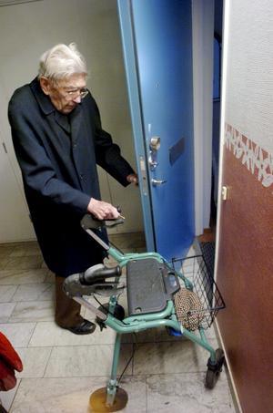Med rullatorn. Synen är inte bra, men Allan Klingberg hittar genom korridorerna på Kvarngården, hem till sin egen dörr.