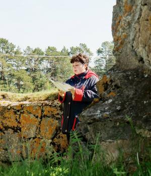 Margita Paulssons sköna psalmsång ljöd i kyrkoruinen.