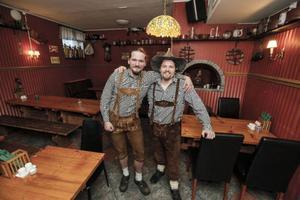 Bröderna Fredrik och Viktor Eckhardt arbetar på den nyöppnade Halta Renen, schnitzelrestaurant och Bierstube på Rådhusgatan. – Det ska kännas som man är i Österrike på riktigt, förklarar Fredrik om den något udda arbetsklädseln, lederhosen.