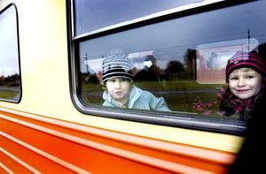 SPÄNNANDE RESA. Nora Wirdby, 4 år och Ella Wirdby, 6 år anländer med spöktåg till Järnvägsmuseet. Nora tyckte resan var läskig eftersom det var