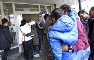 Några av ungdomarna var nära att svimma och behövde stöttas när de gick in till mötet med förhandlare från polisen och Migrationsverket.