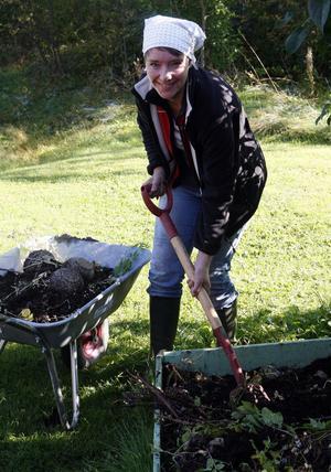 Hanna Ström förbereder inför höstens tema jord och kompost i barnen trädgårdslabb.