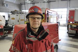 – Vi kan inte riskera personalens liv, därför är det stopp i trafiken tills vi har kontroll på läget, säger Bo Lundberg, räddningschef.