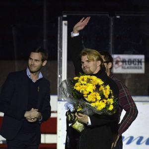 (Beskär och ta bara han med blommorna - en liten bild)Fredric Anderberg får blommor av AIK och avtackas bara 19 år gammal efter att ha tvingats ge upp karriären på grund av sin svåra hjärnskakning.