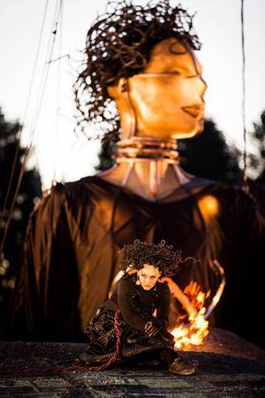 Ingela Brimberg finns på scen som Elektra föreställningen igenom.