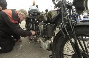 Hans Ädel från Valbo passar på att meka lite med sin gamla fina motorcykel.