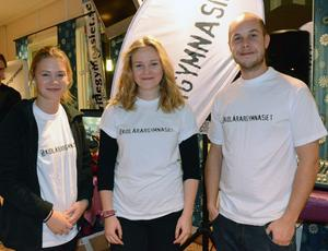 Skidlärareleverna Elin Barth, Ludvika, och Evelina Sundlo, Dals Ed, samt läraren Mattias Döl.