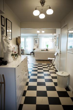 Det schackrutiga golvet i hallen fortsätter in i köket.