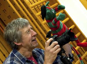 Lasse Andersson, anlitad skolfotograf, är just den här dagen på Nyckelbergsskolan och fotograferar förskolebarnen. På en timme har han tagit en gruppbild av 47 barn och cirka 25 porträttbilder.