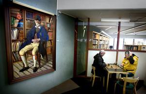 Mustafa Hejo kliar sig i huvudet. Vad ska bli nästa drag av Djemal Halilov Sjekirov? Scenen utspelar sig i Saxonsalen på Örebro stadsbibliotek.