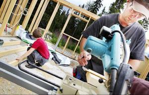 Miriam och Christoph Schenk driver en fjällgård för turister vid Galåbodarna. För tillfället håller de på att bygga ett boningshus åt sig själva.