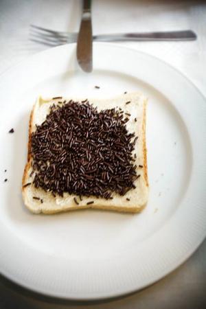"""Mathilde Oosterhoff i samspråk med närmaste grannarna Hasse och Sonja Nilsson.Vissa specialiteter går  inte att köpa i Sverige. Som """"chokoladehagel"""" till smörgåsen."""