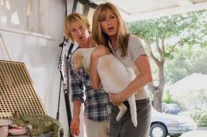 """Owen Wilson, Jennifer Aniston och labradoren Marley i """"Marley och jag"""", kanske årets tråkigaste amerikanska komedi.foto: Fox"""