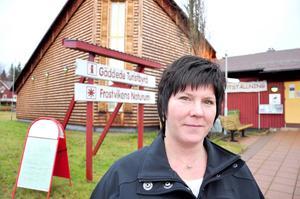 Kicki Stenvall måste åka 23 mil tur och retur för att bli av med kontanterna som kommer in på turistbyrån i Gäddede.