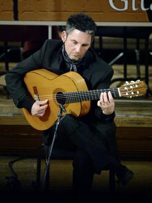 Erik Steen inledde konserten med flamenco för sologitarr.