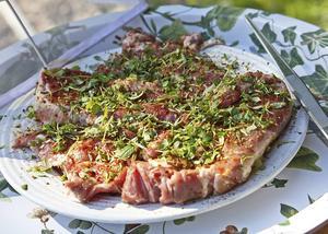 Genom att massera in färska örter får fläskkarrén härlig smak, långt från de oljiga marinader som många bränner sitt kött med.