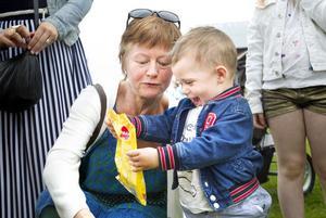 Glädjen över en godispåse gick inte att ta miste på hos Michael Pala, ett år och åtta månader. Mormor heter Margitta Eklund.